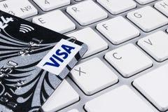 签证在键盘的信用卡在办公室 库存图片