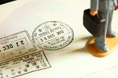 签证被盖印的场面 图库摄影
