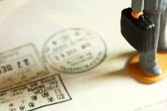 签证被盖印的场面 免版税库存图片