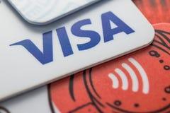 签证paywave的银行卡 切博克萨雷,俄罗斯, 2018年6月12日 免版税库存图片