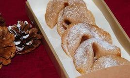 签饼在一个箱子包装了一个乐趣假日 免版税库存照片