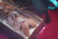 签饼在一个箱子包装了一个乐趣假日 库存照片