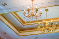 简单和使枝形吊灯在天花板的金子颜色减到最小 库存图片