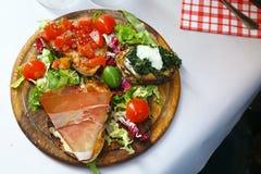 简单和开胃意大利食物在罗马 库存照片
