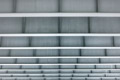 简单派大厦现代建筑学  从灰色颜色的金属建筑的下面看法与一个甚而框架的 图库摄影