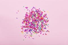 简单派 当事人背景 欢乐,上色,五彩纸屑,顶视图 复制空间 2007个看板卡招呼的新年好 Hppy生日 免版税库存图片