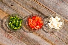 简单的健康希腊沙拉的成份 免版税图库摄影