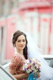 简单的减速火箭的礼服的新娘有花卉的 库存照片