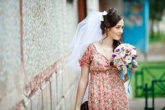 简单的减速火箭的礼服的新娘有花卉的 免版税库存照片