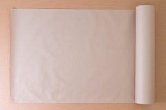 简单的包装纸被打开的卷在纸板的 库存照片