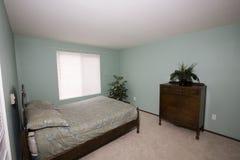 简单的卧室在公寓 库存照片