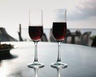 简单的友谊庆祝喝有安达曼海背景 库存照片