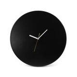 黑简单的圆的壁钟-在白色backgrou隔绝的手表 库存照片