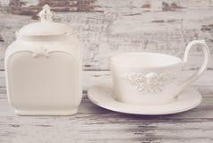 简单的土气白色和蓝色陶器,空的盘 大碗、杯子和瓷刺激与盒盖 木背景,破旧的别致, v 免版税库存照片