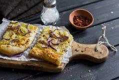 简单的土气酥脆饼用土豆、乳酪和红洋葱 免版税库存图片