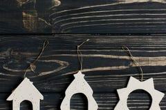 简单的圣诞节eco在时髦的黑木背景戏弄  库存照片