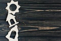 简单的圣诞节eco在时髦的黑木背景戏弄  库存图片