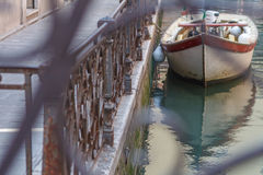 简单的威尼斯-小船停放了在运河篱芭 从brige的概念性图象 图库摄影
