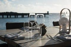 简单的室外餐馆桌设置 免版税图库摄影