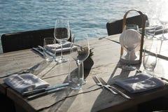 简单的室外餐馆桌设置 免版税库存图片