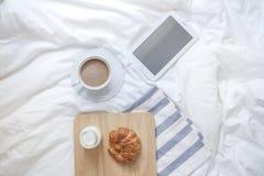 简单的工作区或咖啡休息在早晨 热的咖啡杯 图库摄影
