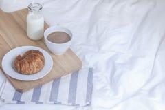 简单的工作区或咖啡休息在早晨 热的咖啡杯 库存照片