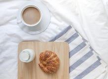 简单的工作区或咖啡休息在早晨 热的咖啡杯 免版税库存照片