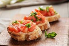简单的意大利开胃bruschetta用蕃茄 库存照片