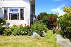 简单的房子外部与绿色前院 库存照片