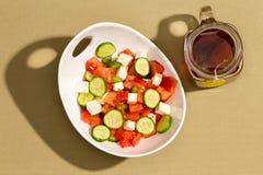 简单的新鲜的沙拉用希腊白软干酪和热的茶 库存图片