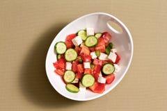 简单的新鲜的沙拉用希腊白软干酪 免版税库存图片