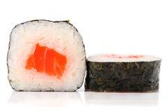 简单的日语滚动与三文鱼、米和nori被隔绝 免版税库存照片