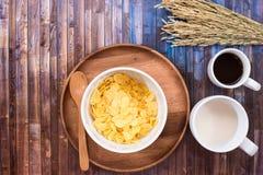 简单的早餐用牛奶、咖啡和玉米片 免版税库存图片