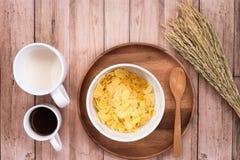 简单的早餐用牛奶、咖啡和玉米片 图库摄影