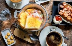 简单的早餐,蛋平底锅,烘烤了面包、油煎的香肠和coffe 免版税库存照片