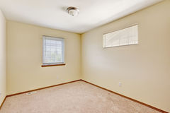 简单的明亮的象牙空的室 库存照片