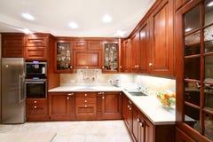 简单的木厨房碗柜,工作台面,冰箱 图库摄影