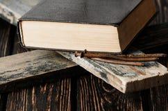 简单的木基督徒十字架特写镜头  库存图片