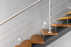 简单的楼梯有被镀铬的用栏杆围的想法 库存照片