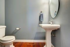 简单的灰色卫生间 免版税库存照片