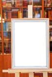 简单的画框空白画布在画架的在图书馆里 免版税库存图片