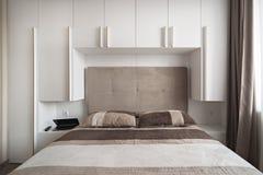 简单的白色卧室 库存图片