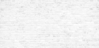 简单的白色砖墙有浅灰色的树荫无缝的样式表面纹理背景在横幅宽全景 免版税库存图片