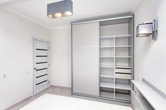 简单的白色空的卧室内部 免版税库存图片