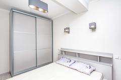 简单的白色空的卧室内部 库存图片