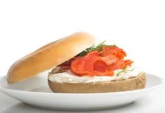 简单的百吉卷用乳脂干酪、三文鱼和莳萝 库存图片