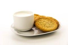 简单的糖屑曲奇饼和杯子牛奶 免版税库存照片