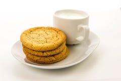 简单的糖屑曲奇饼和杯子牛奶 免版税库存图片