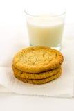 简单的糖屑曲奇饼和杯牛奶 免版税库存图片