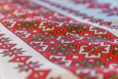 简单的红色罗马尼亚刺绣布料 库存照片